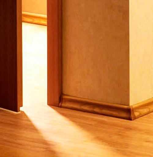 Примыкание плинтуса к двери